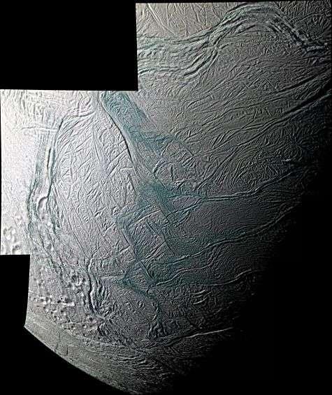 Cette image est une mosaïque en fausses couleurs obtenue au moyen de la caméra à angle étroit de Cassini équipée de filtres ultraviolet, vert et proche infrarouge. Crédit : NASA/JPL/Space Science Institute.