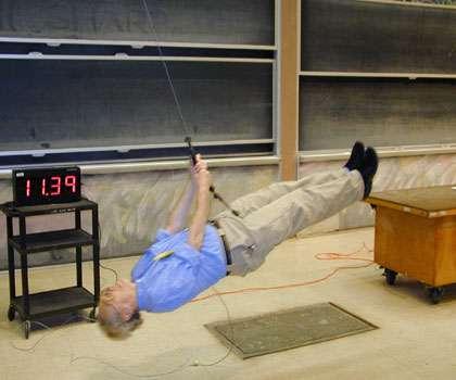 Walter Lewin au MIT illustrant son cours de mécanique Newtonienne. Crédit : MIT