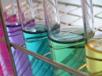La cinétique chimique permet d'étudier la durée des différentes réactions chimiques. Certaines durent moins d'une seconde, d'autres plus d'une journée. © BZiL, Wikimedia Commons, DP
