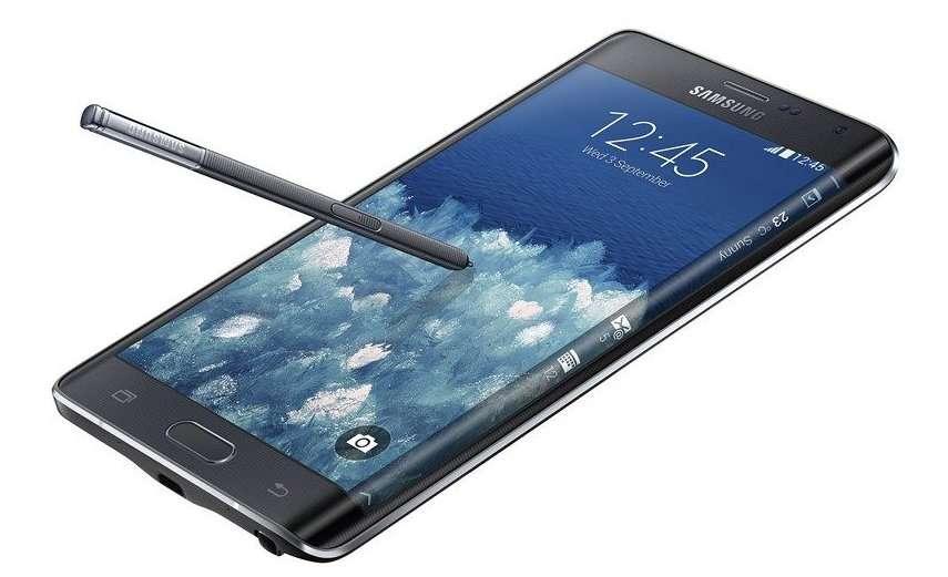 Le curieux écran du Samsung Galaxy Edge déborde sur le bord droit, où il devient courbé. Cette colonne verticale permet l'affichage de notifications et d'icônes de raccourcis vers des applications. Cette partie de l'écran peut fonctionner indépendamment de la partie principale. © Samsung