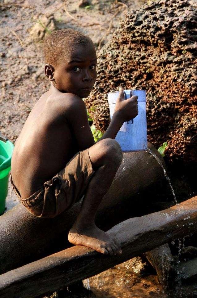 L'eau insalubre est la première cause de mortalité des enfants dans des pays où sévissent pourtant des conflits armés et des guerres, d'après l'Unicef. © Oxfam East Africa, Flickr, CC By 2.0