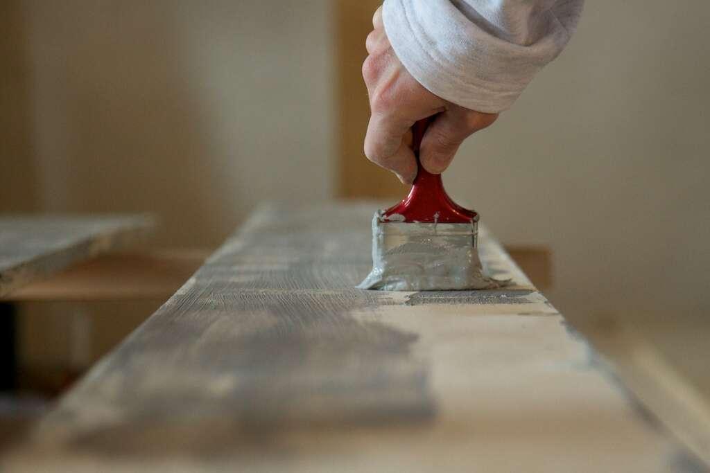 Rénover une maison ou un appartement peut exiger que l'on retravaille certains matériaux usés par le temps. Le résultat est souvent probant mais la rénovation n'est pas de tout repos... © Thomas Guignard, CC BY-NC-SA 2.0, Flickr