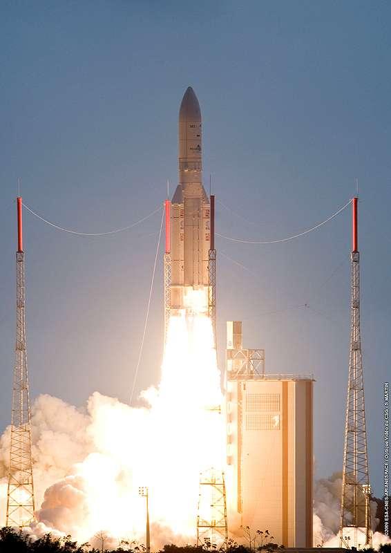 Jeudi 29 octobre, 8 h 00 en temps universel. Une fusée Ariane 5 décolle de Kourou, emportant NSS-12 et Thor-6. © Arianespace