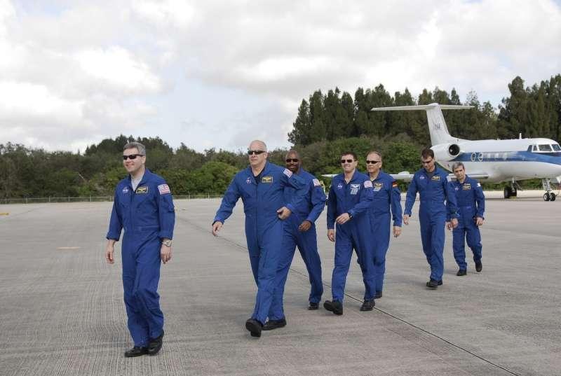 Les sept astronautes de la mission STS-122 arrivant lundi à Cap Kennedy. Léopold Eyharts est le dernier, à droite. © Nasa/Kim Shiflett