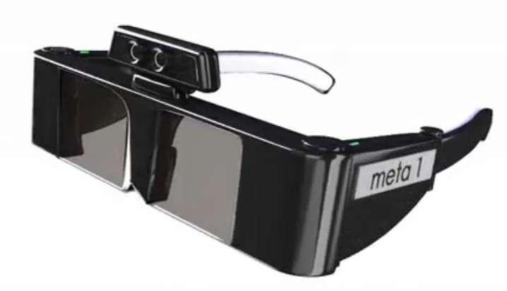 La paire de lunettes à réalité augmentée développée par Meta sur la base des lunettes Epson Moverio. Surmontées d'un capteur de mouvement, elles permettent de manipuler les objets virtuels du bout des doigts. Meta compte produire un kit de développement pour que les développeurs puissent créer des applications exploitant cette technologie. © Meta