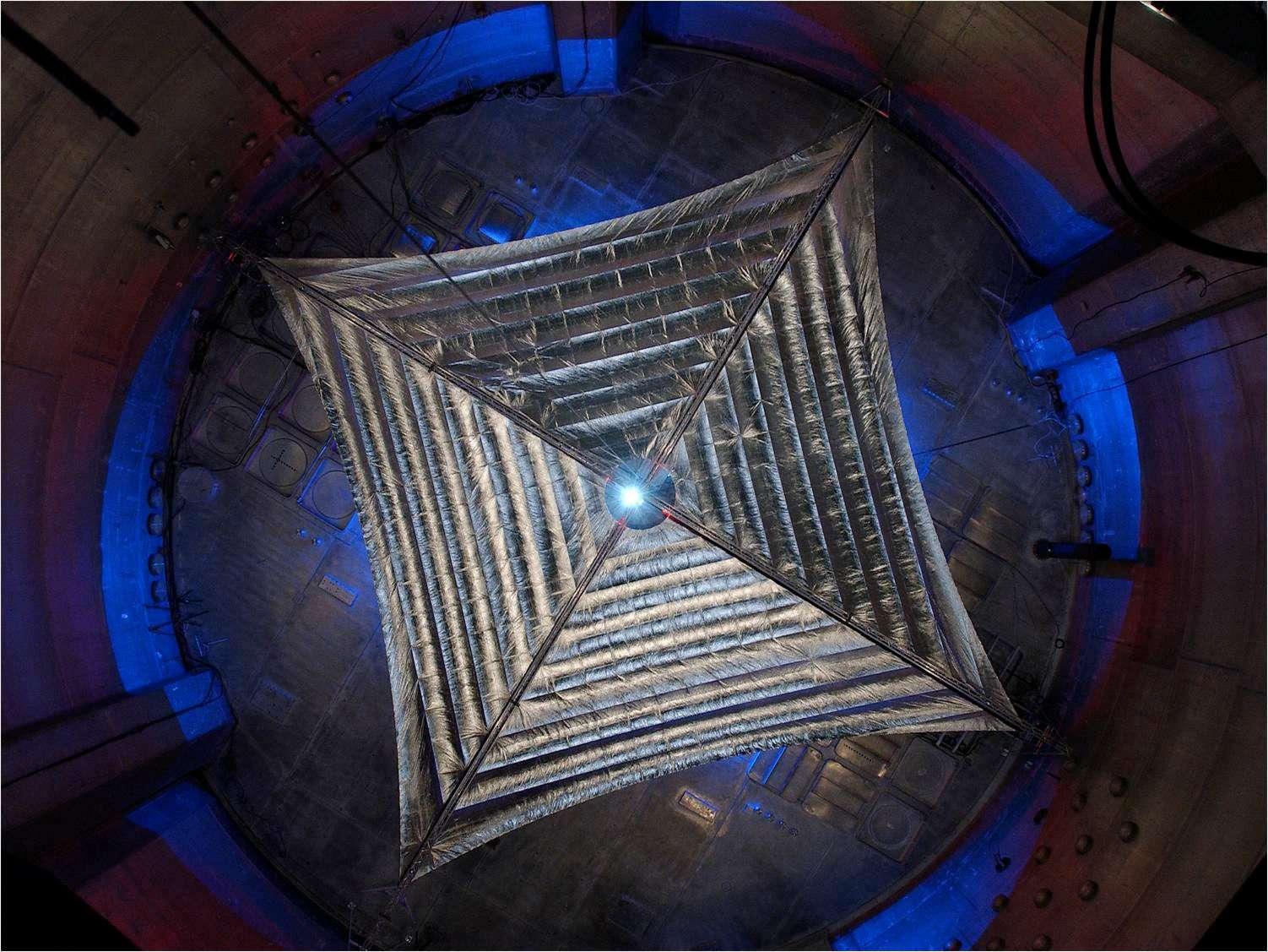 Essai de déploiement de la voile Sunjammer avant qu'elle ne soit pliée de façon méticuleuse, afin d'éviter qu'elle se froisse au moment de son ouverture dans l'espace. © Nasa