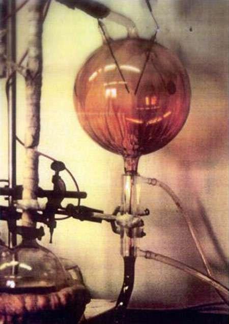 Dispositif expérimental utilisé par Stanley Miller et Harold Urey dans les années 1950. A partir de molécules simples, comme le gaz carbonique et le méthane, à un seul atome de carbone, il produit des molécules organiques complexes... © Ned Shaw/Indiana University/Science