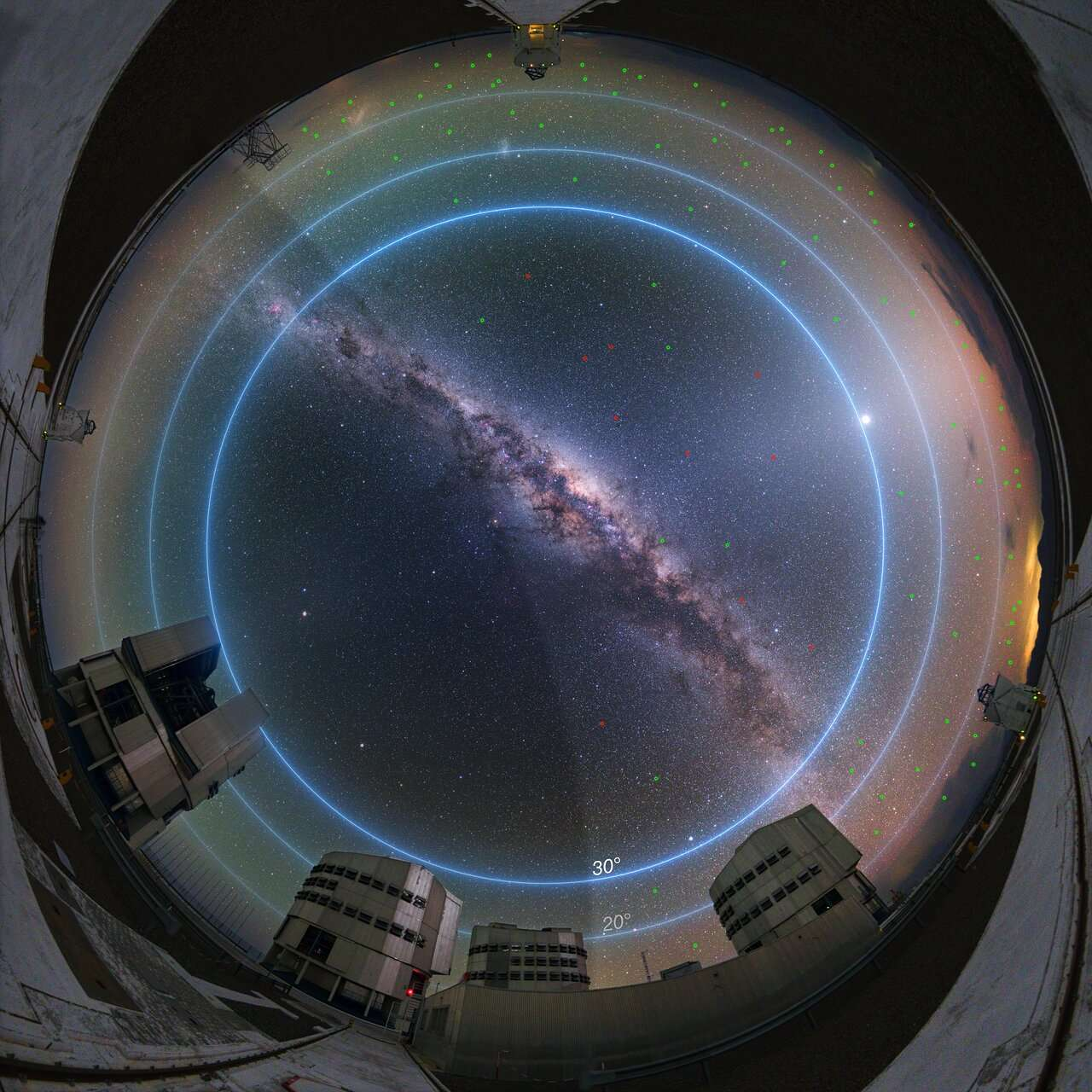 Les zones du ciel les plus affectées par les constellations de satellites sont les plus périphériques. © ESO