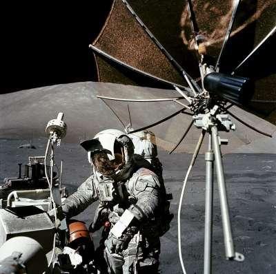 Eugene Cernan, astronaute de la mission Apollo 17, après quelques heures de sortie sur le sol lunaire. La poussière est partout. Crédit : Nasa