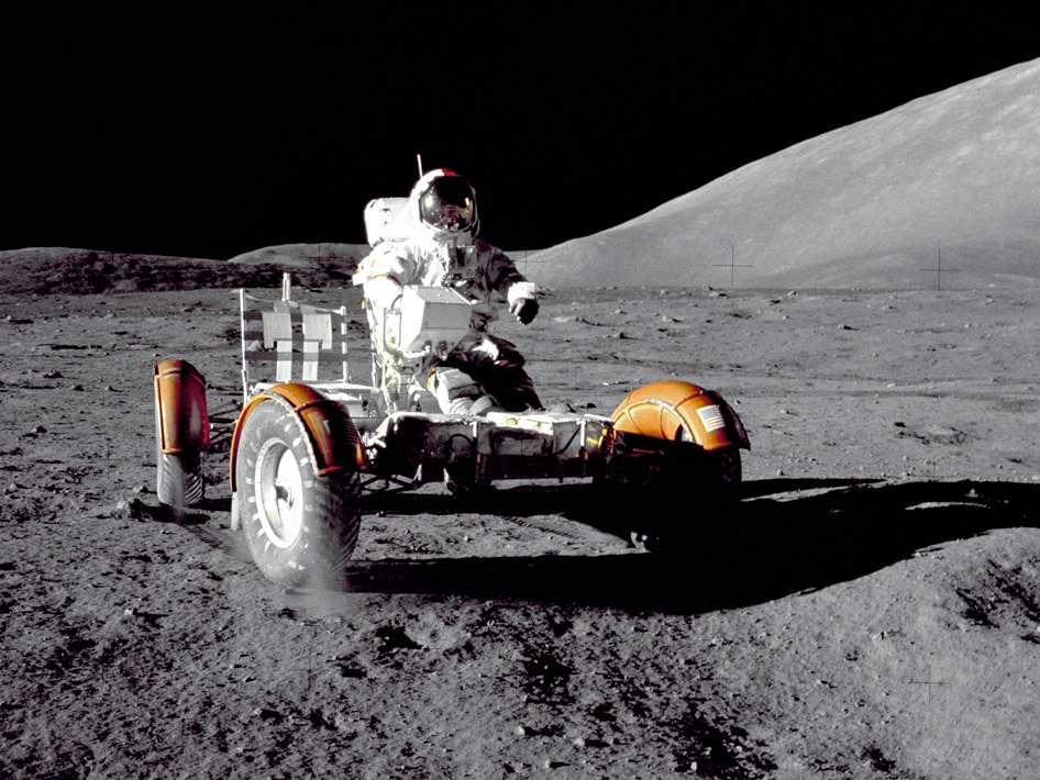 Eugene Cernan lors de la première sortie extravéhiculaire d'Apollo 17, en train d'essayer le rover. L'astronaute en est à sa troisième mission dans l'espace. Il a volé dans la capsule de Gemini 9 et a effectué une sortie extravéhiculaire autour de la Terre. Il a aussi participé en mai 1969 à la mission Apollo 10, durant laquelle, pilote du module lunaire, il a entamé avec Thomas Stafford une descente vers le sol lunaire pour tester la manœuvre d'alunissage. © Nasa