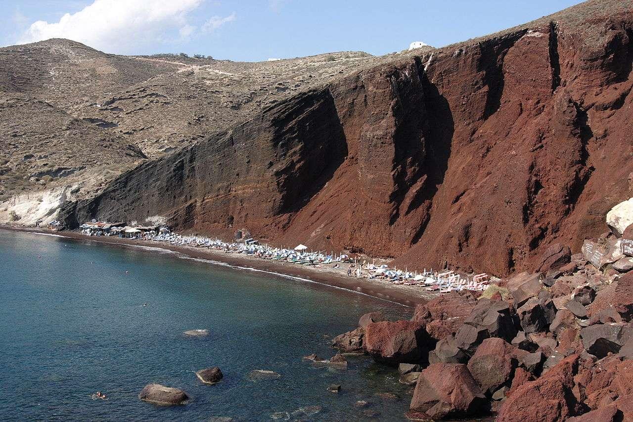 Une vue de la caldera de Santorin, située en mer Égée. Elle provient d'une éruption de type plinien datant du IIe millénaire avant J.-C. qui projeta des pierres ponces et des cendres sur environ 60 m d'épaisseur autour du volcan, et jusqu'à 900 km au sud. Le volume de ponces qui fut éjecté lors de cette explosion est estimé à 30 km3. © Hartmut Inerle, Wikipédia, cc by sa 3.0