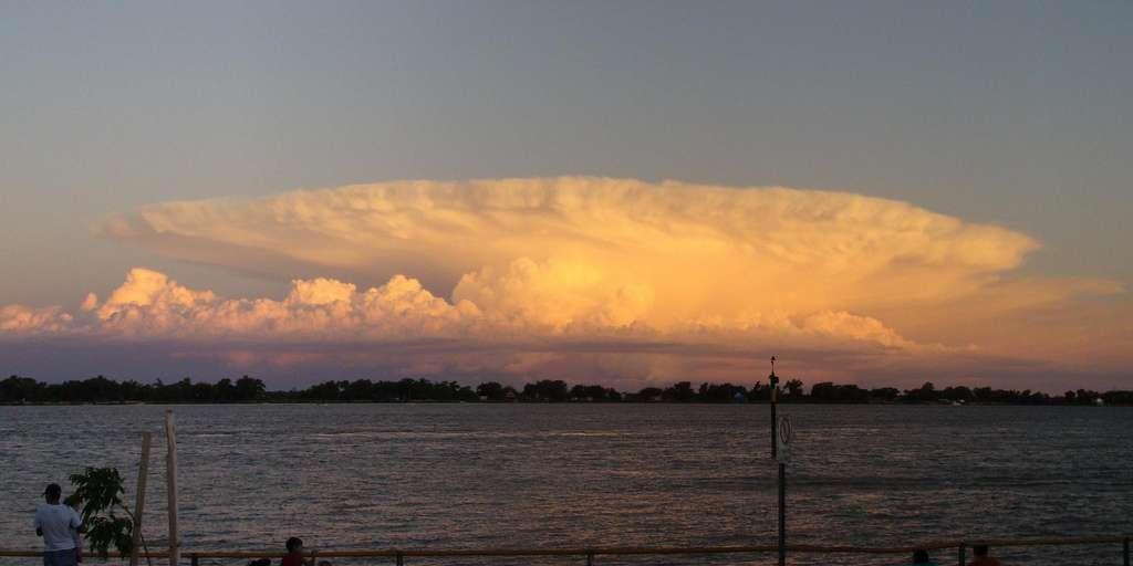 Le cumulonimbus peut se former dès 400 m d'altitude et s'étend verticalement sur plusieurs kilomètres de haut. Sa partie supérieure s'étale souvent en forme d'enclume. © pablodf, Flickr, cc by nc nd 2.0
