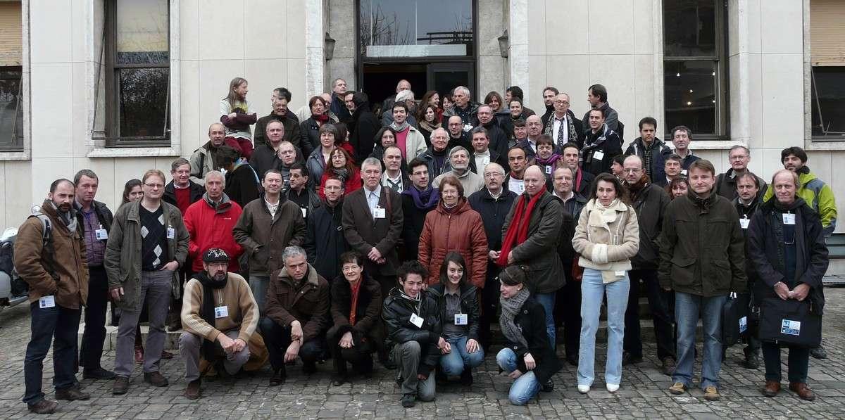 Photo de famille des porteurs de projets pour l'AMA 09 sur le parvis de l'Institut d'Astrophysique de Paris. © Jean-Baptiste Feldmann