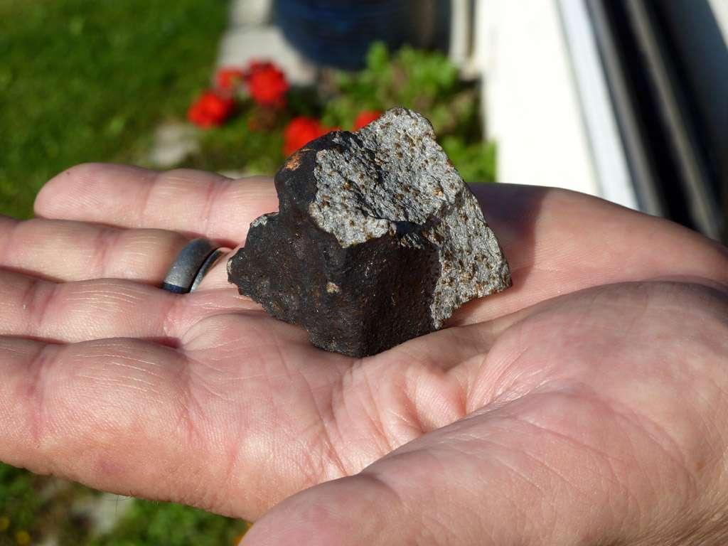 La météorite découverte dans une toiture de l'Essonne. © A. Carion