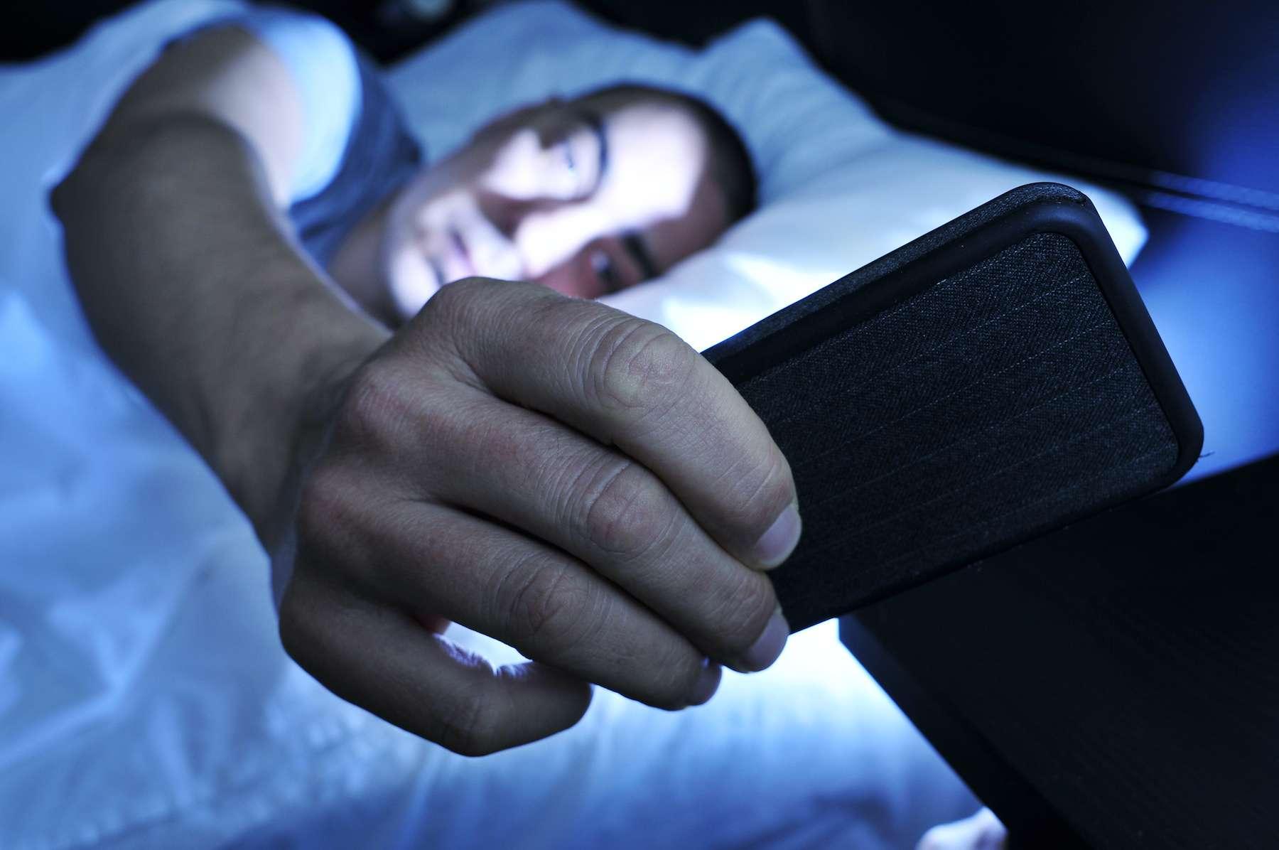 Téléphone portable le soir et qualité du sperme ne font pas bon ménage. © nito, Adobe Stock