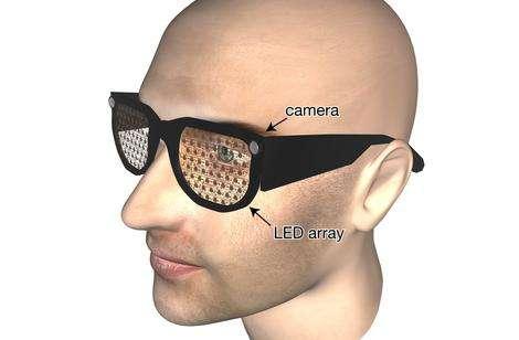Dans les verres de lunettes, des Led affichent une image construite par un ordinateur caché dans la poche et relié aux deux caméras montées sur les branches des lunettes. Le traitement informatique ouvre de multiples possibilités pour améliorer l'image et augmenter la visibilité de détails essentiels, comme des personnes ou certains objets. © Stephen Hicks/Oculomotor Research Group/Université d'Oxford