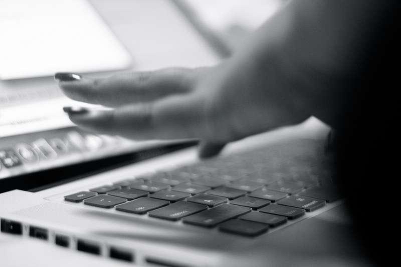 Des chercheurs démontrent qu'il est possible d'espionner nos frappes sur un clavier grâce à un accéléromètre de smartphone. Mais la technique a des limites : les bruits parasites ou une position trop éloignée entre le mobile et le clavier font chuter l'efficacité de la méthode. © Prempcc, Flickr, cc by nc sa 2.0