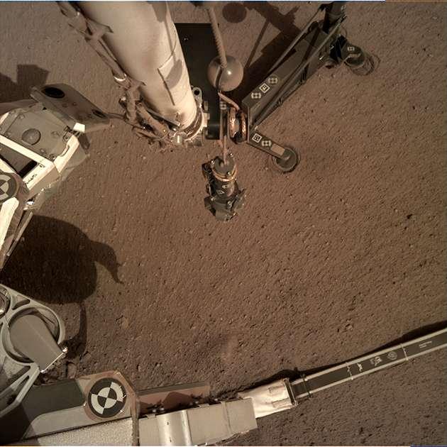 L'instrument HP3, de son petit nom « la taupe », posé sur le sol martien par InSight, a dû interrompre son premier forage, débuté le 28 février et repris le 2 mars, après avoir rencontré un obstacle encore indéterminé. © NASA/JPL-Caltech/DLR