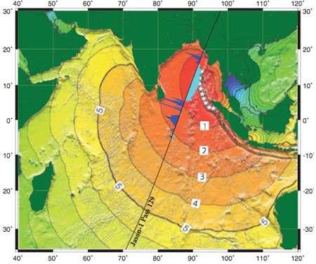 Région nord-est de l'océan Indien où s'est déroulé le tsunami du 26 décembre 2004, alors qu'il était survolé par le satellite Jason-1, lors de sa 129è orbite (ligne noire). Les histogrammes, en bleu, montrent les variations de rugosité calculées grâce aux données radar. Les courbes reproduisent la progression de la vague du tsunami, les chiffres de 1 à 5 indiquant le nombre d'heures après le séisme. © National Geophysical Data Center/NOAA
