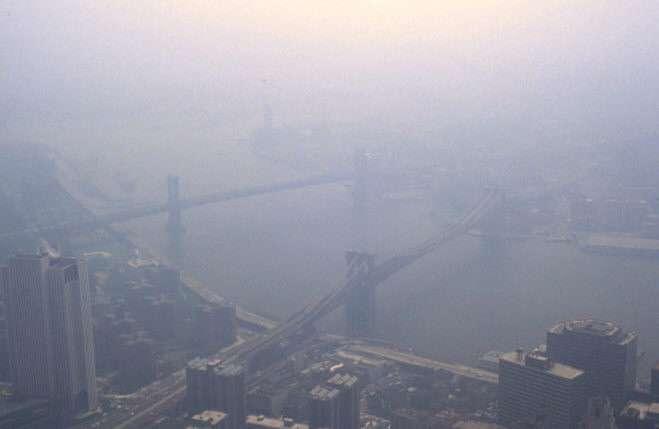 Un smog est un nuage de pollution atmosphérique qui se forme au-dessus des villes où l'activité industrielle est importante. © Cham, Wikipédia, DP