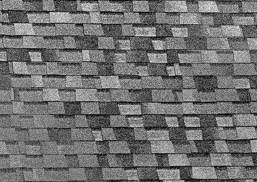 La couleur de la toiture détermine la quantité d'énergie thermique solaire absorbée au niveau du toit. Ces shingles de couleur sombre absorbent une chaleur utile en hiver mais malvenue l'été. L'idéal serait que la couleur s'adapte aux températures extérieures, et c'est possible avec des shingles intelligents. © Chefranden CC by