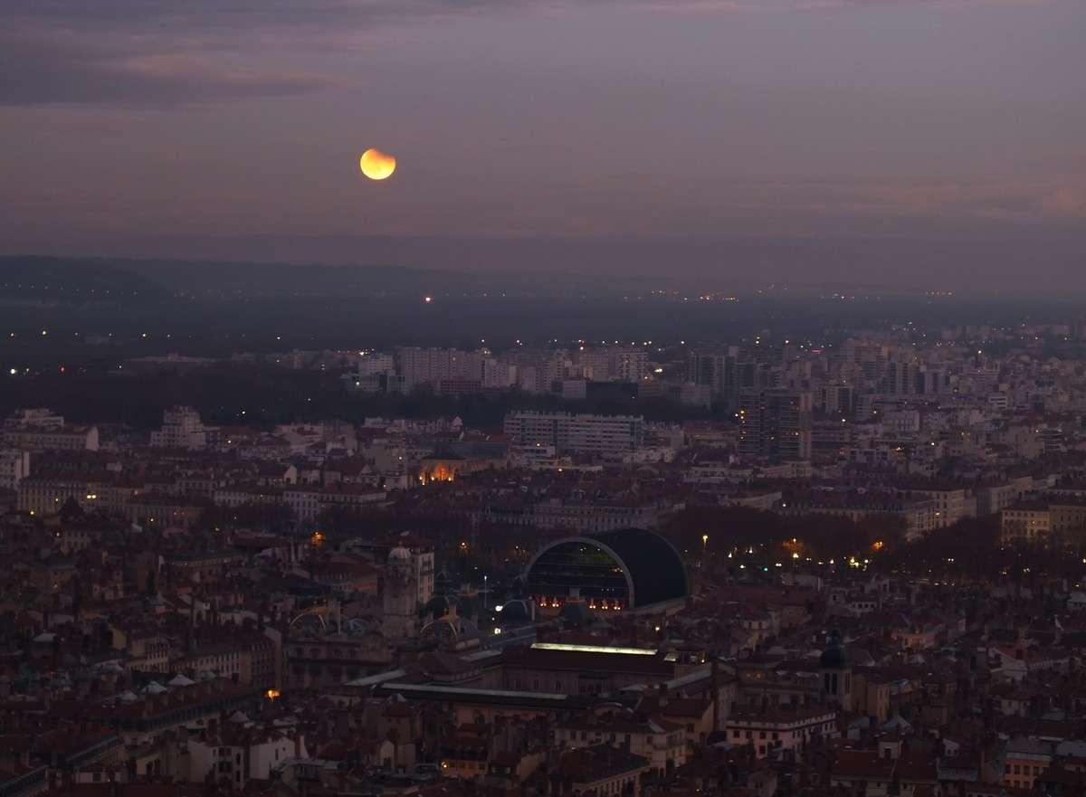 La fin de l'éclipse du 10 décembre au moment du lever de la Lune vue depuis les hauteurs de Lyon. © J.-B. Feldmann