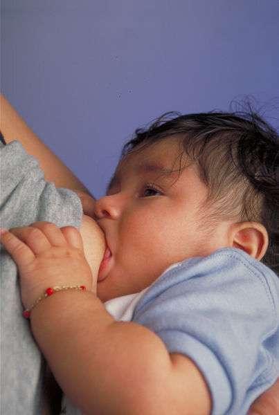 L'allaitement offre des bénéfices pour la santé des bébés, par exemple il réduit les risques d'infections. © Ken Hammond, Wikimedia Commons, domaine public