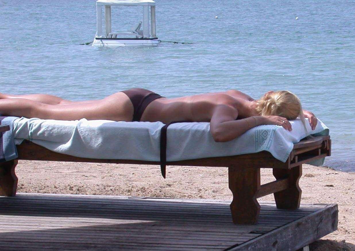 Le soleil est indispensable à notre existence car il présente de sérieux bénéfices pour la santé, en permettant la synthèse de la vitamine D. Cependant, il n'est pas sans risque lorsqu'on s'expose trop longtemps à ses rayons ultraviolets, puisqu'il cause des cancers de la peau. © Olnnu, Wikipédia, cc by sa 3.0