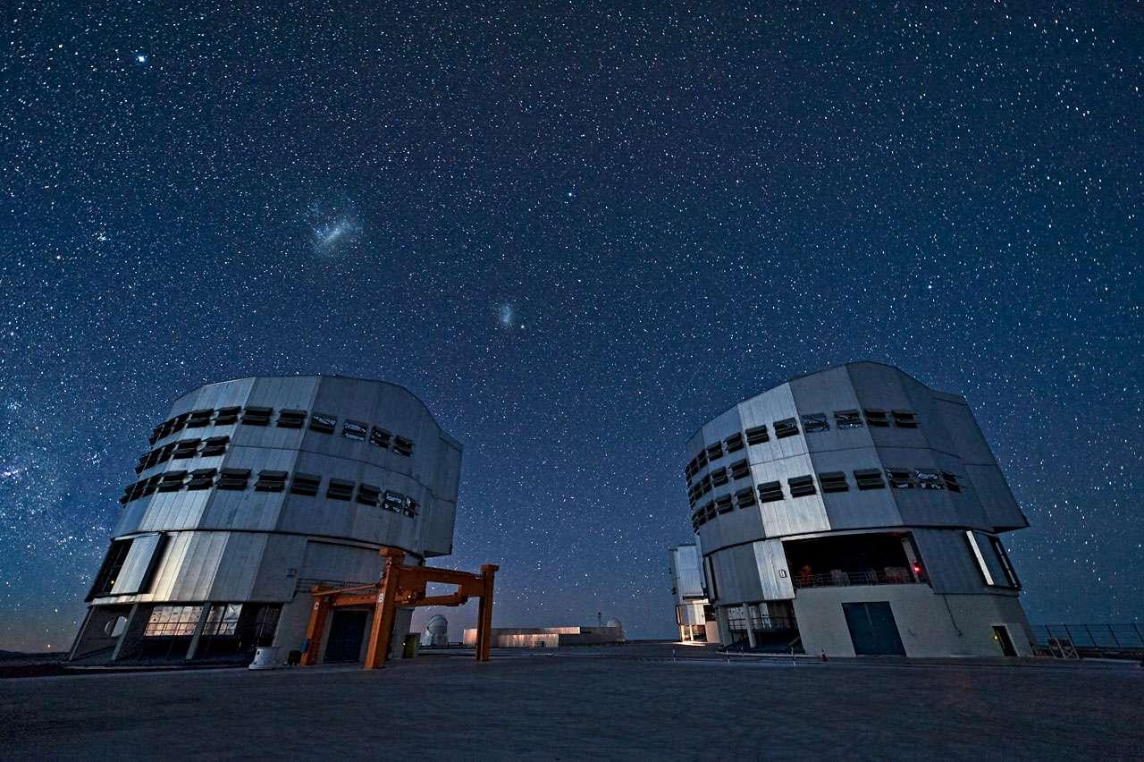 Le VLT sous la voûte céleste. De gauche à droite, on voit les Grand et Petit Nuages de Magellan, deux galaxies irrégulières voisines de la Voie lactée. L'étoile brillante sur la partie supérieure gauche est Canopus, dans la constellation de la Carène. © ESO/José Francisco Salgado