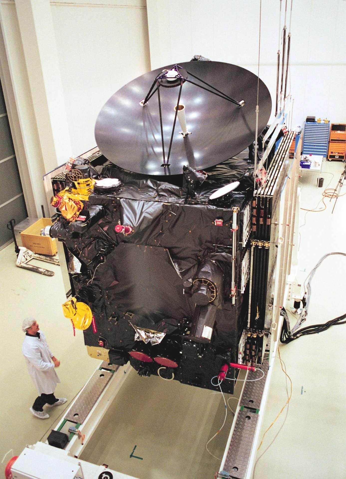 Construit par Airbus DS, le satellite Rosetta est vu ici avec ses panneaux solaires repliés et la grande antenne qui lui permettra de communiquer avec la Terre. © Airbus Defence & Space