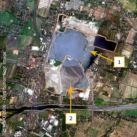 Image Formosat-2 du 26 septembre 2008. En 1, une ouverture vient de se produire dans la digue est. En 2, les boues s'écoulent du bassin sud. Notez la coloration des eaux de la rivière. Crédit NSPO/Spotimage