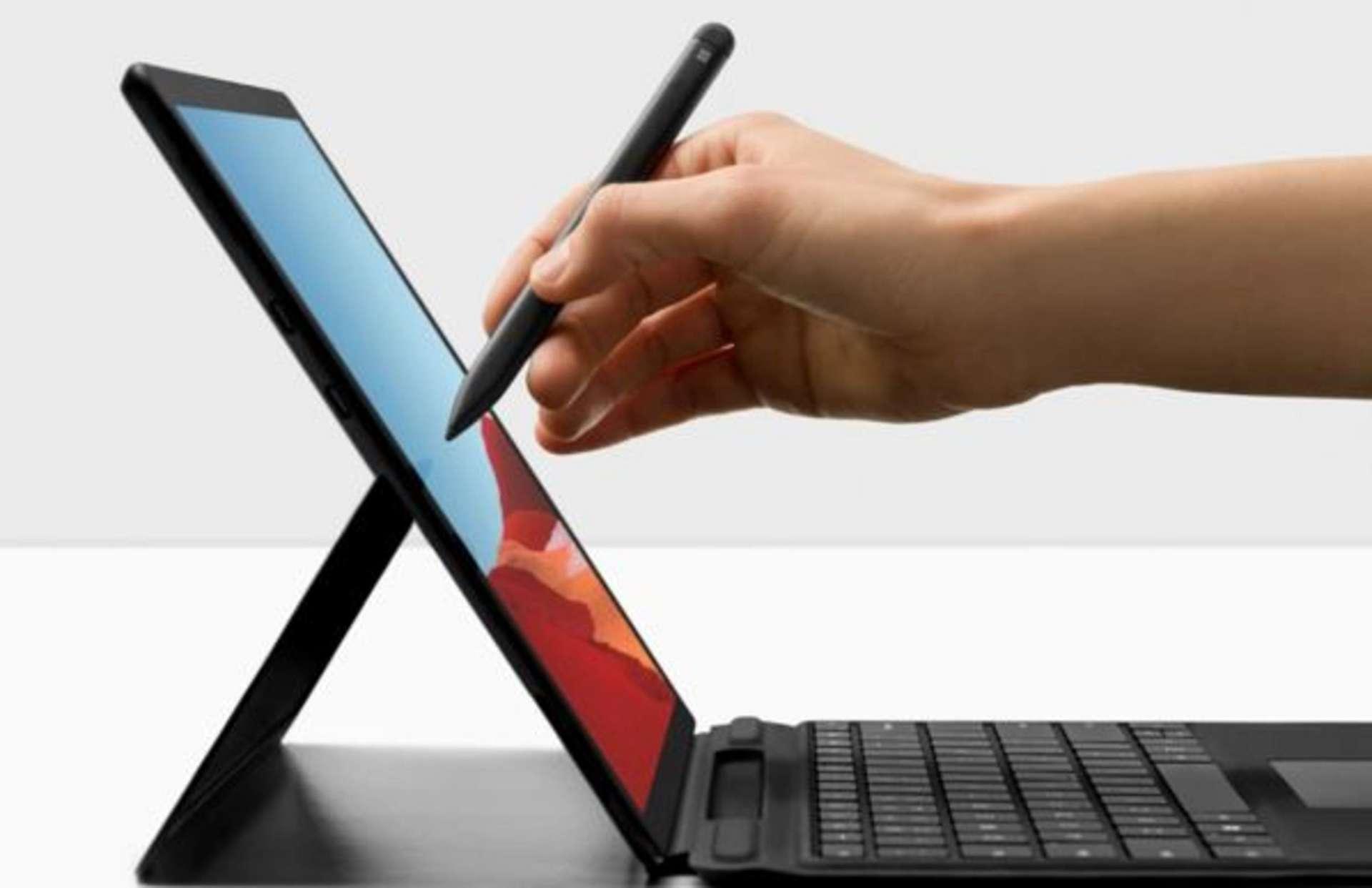 Avec un écran tactile 13 pouces et 16 Go de RAM, le Surface Pro X dispose d'une autonomie de plus de 13 heures. Bénéficiez de 600 € de réduction. © Microsoft.