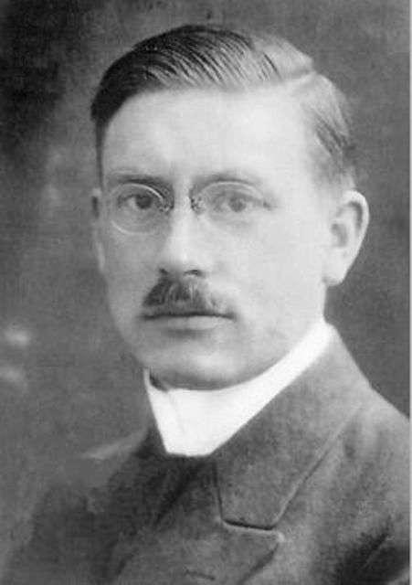 Peter Joseph Wilhelm Debye (né Petrus Josephus Wilhelmus Debije, 24 mars 1884 à Maastricht - 2 novembre 1966 à Ithaca, New York, États-Unis) était un physicien et chimiste néerlandais. Il est lauréat du prix Nobel de chimie de 1936 et il est bien connu pour ses multiples travaux en liaison avec le moment dipolaire. © Wikipédia, domaine public