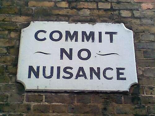 « Ne commettez pas de nuisances » Les nuisances peuvent empoisonner les relations de voisinages. © i, max CC by-nc-sa