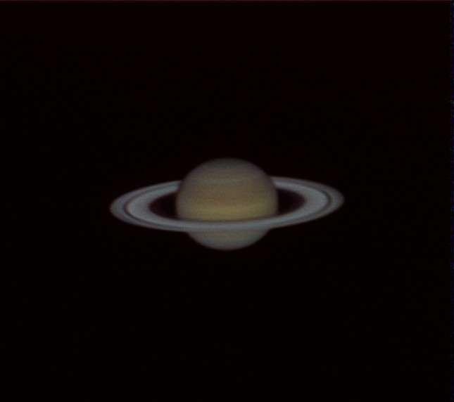 Saturne photographiée le 9 avril 2012 depuis les Antilles françaises avec un télescope de 20 centimètres de diamètre. La bande sombre qui sépare les anneaux est appelée la division de Cassini. © Jordan Blanchard