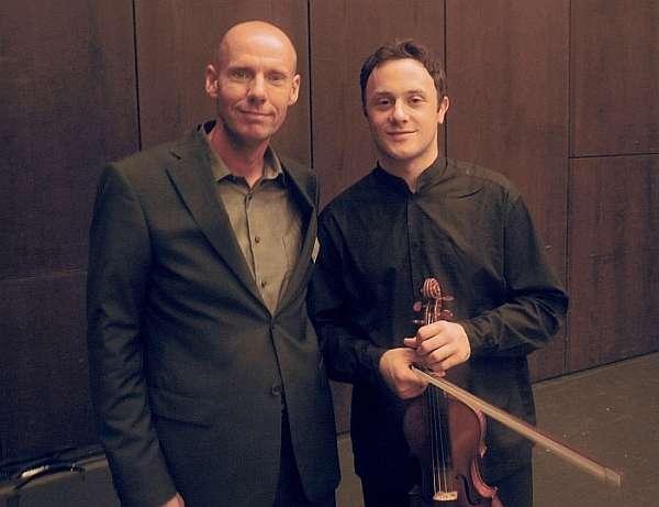 Le chercheur de l'EMPA Francis Schwarze (à gauche) avec le violoniste mondialement connu Matthew Trusler. (Photo: Egmont Seiler) Crédit : 1995-2009 Empa Switzerland
