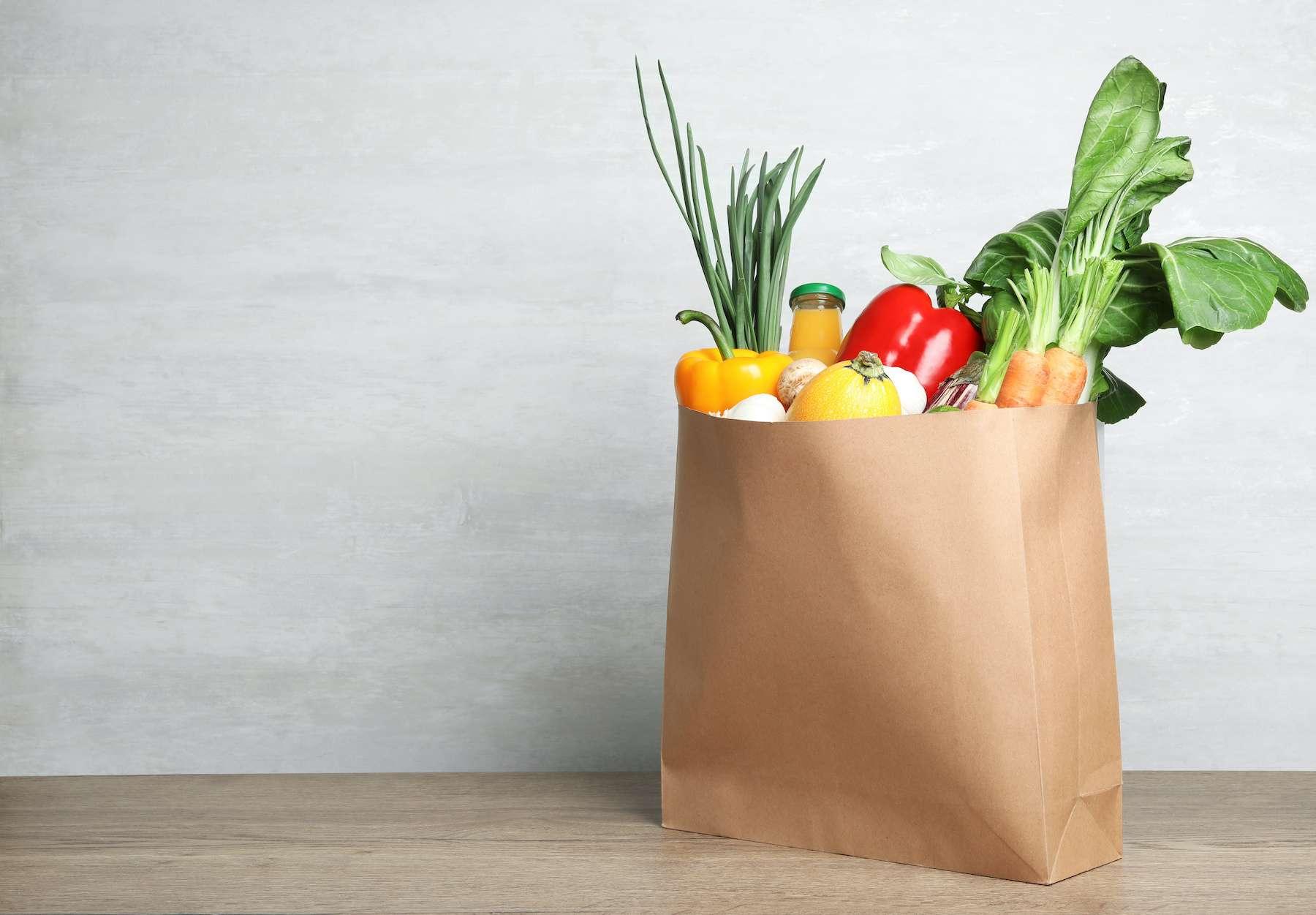 Les sacs en papier kraft ont un procédé de fabrication coûteux en carbone et éco-toxique. © New Africa, Adobe Stock