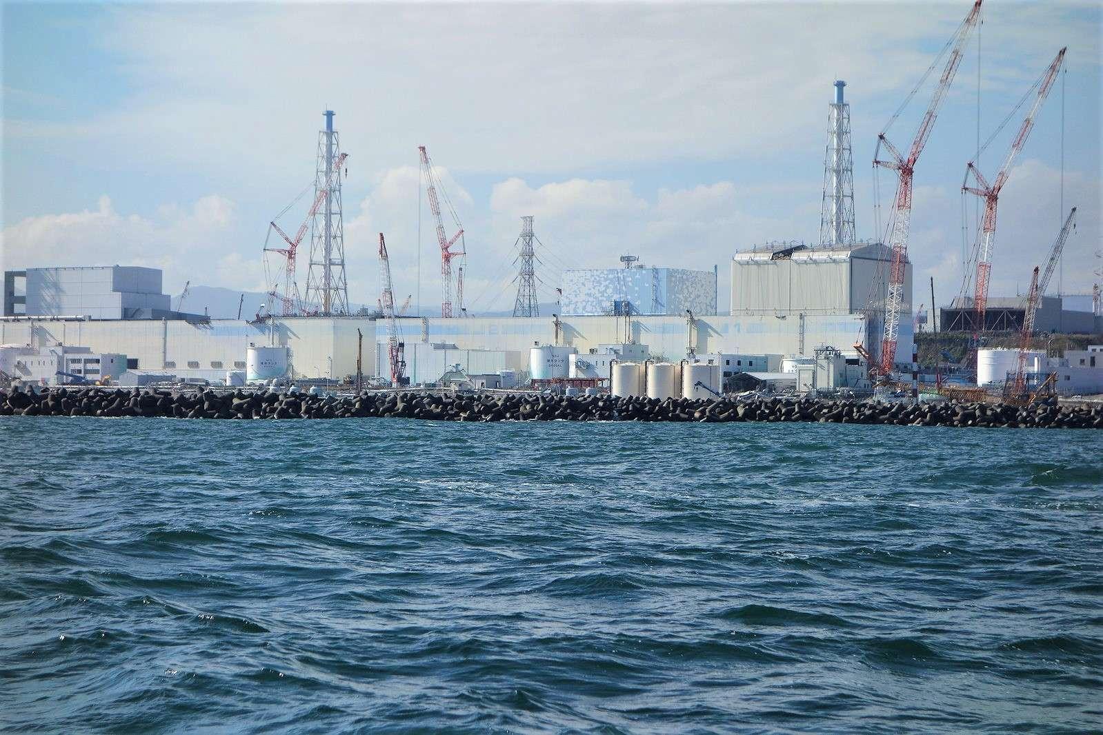 Les experts de l'Agence internationale de l'énergie atomique (AIEA) jugent que la solution d'un déversement contrôlé des eaux contaminées de Fukushima dans l'océan Pacifique est la solution la plus réaliste aux difficultés de déclassement du site. Ici, la centrale nucléaire de Fukushima en 2014, soit trois ans après la catastrophe. © IAEA Imagebank, Flickr, CC By-NC-ND 2.0