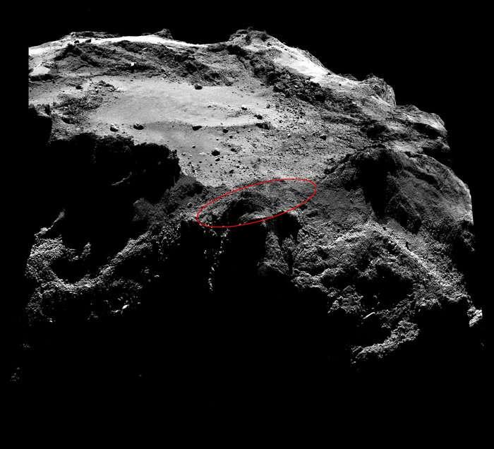 Image de Rosetta prise par Osiris-Nac le 13 décembre 2014 et utilisée par les scientifiques pour rechercher Philae. Dans cette région du petit lobe de la comète 67P/Churyumov-Gerasimenko, on reconnaît la dépression nommée Hatmehit où se situe Agilkia, le site d'atterrissage initial. Après plusieurs rebonds, le robot a dérivé et s'est vraisemblablement posé quelque part dans la région marquée par l'ellipse rouge. Cette zone désignée Bastet est actuellement plongée plus de 11 heures dans l'obscurité sur les 12,4 heures que dure la rotation de l'astre. Mesurant 1 m de large, Philae n'occupe que 3 pixels sur ce cliché. Cliquez ici pour obtenir l'image en haute résolution (3 Mo). © Esa, Rosetta, MPS, UPD, LAM, IAA, SSO, INTA, UPM, DASP, IDA