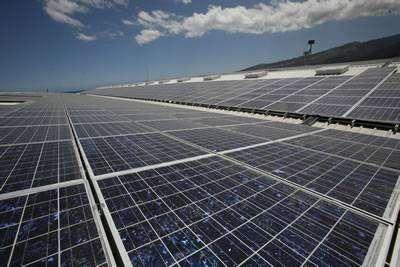 Les cellules photovoltaïques classiques, comme ceux de la centrale solaire de Saint-Denis-de-La Réunion, sont aujourd'hui des structures rigides. Disposer de matériaux souples et moins onéreux faciliterait leur adoption pour les bâtiments eux-mêmes.