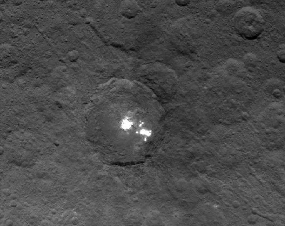 Cette image du cratère Occator a été obtenue le 16 mai 2015 par Dawn. La sonde était alors à 7.200 kilomètres de la surface de Cérès. Les mystérieuses zones brillantes ressemblant à des points lumineux sont bien visibles au fond du cratère. © Nasa, JPL-Caltech, UCLA, MPS, DLR, IDA