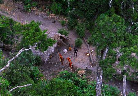 Une tribu indienne isolée découverte en 2008 en Amazonie, qui n'entretient aucun contact avec notre civilisation. Un cas aujourd'hui rarissime, au point que l'on renonce en général à nouer le contact car il conduit le plus souvent à la disparition de la tribu. © FUNAI