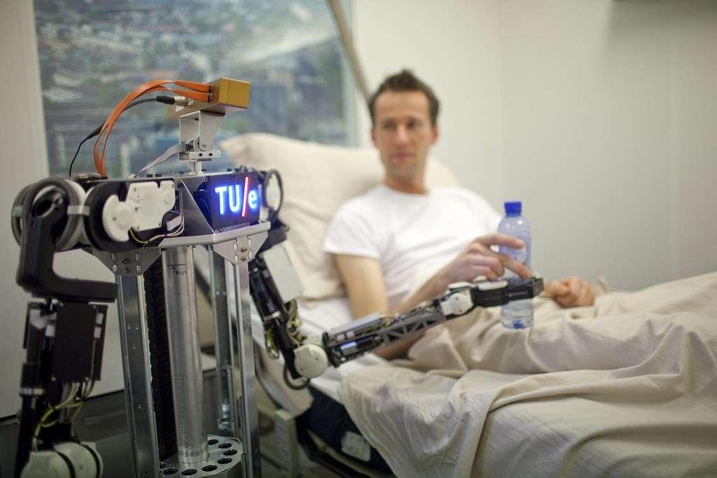 Le concept RoboEarth a été testé en reproduisant un scénario dans lequel plusieurs robots évoluent en milieu hospitalier pour aider les patients. Quatre robots se sont relayés pour réaliser différentes tâches en se connectant à la plateforme cloud RoboEarth pour récupérer les informations dont ils avaient besoin et partager leurs données pour que le robot suivant puisse travailler efficacement. © RoboEarth
