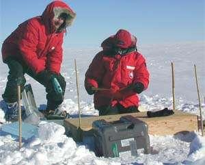 Antarctique, 2001. Douglas Wiens (à gauche) et un collègue installent un sismographe. © Douglas Wiens