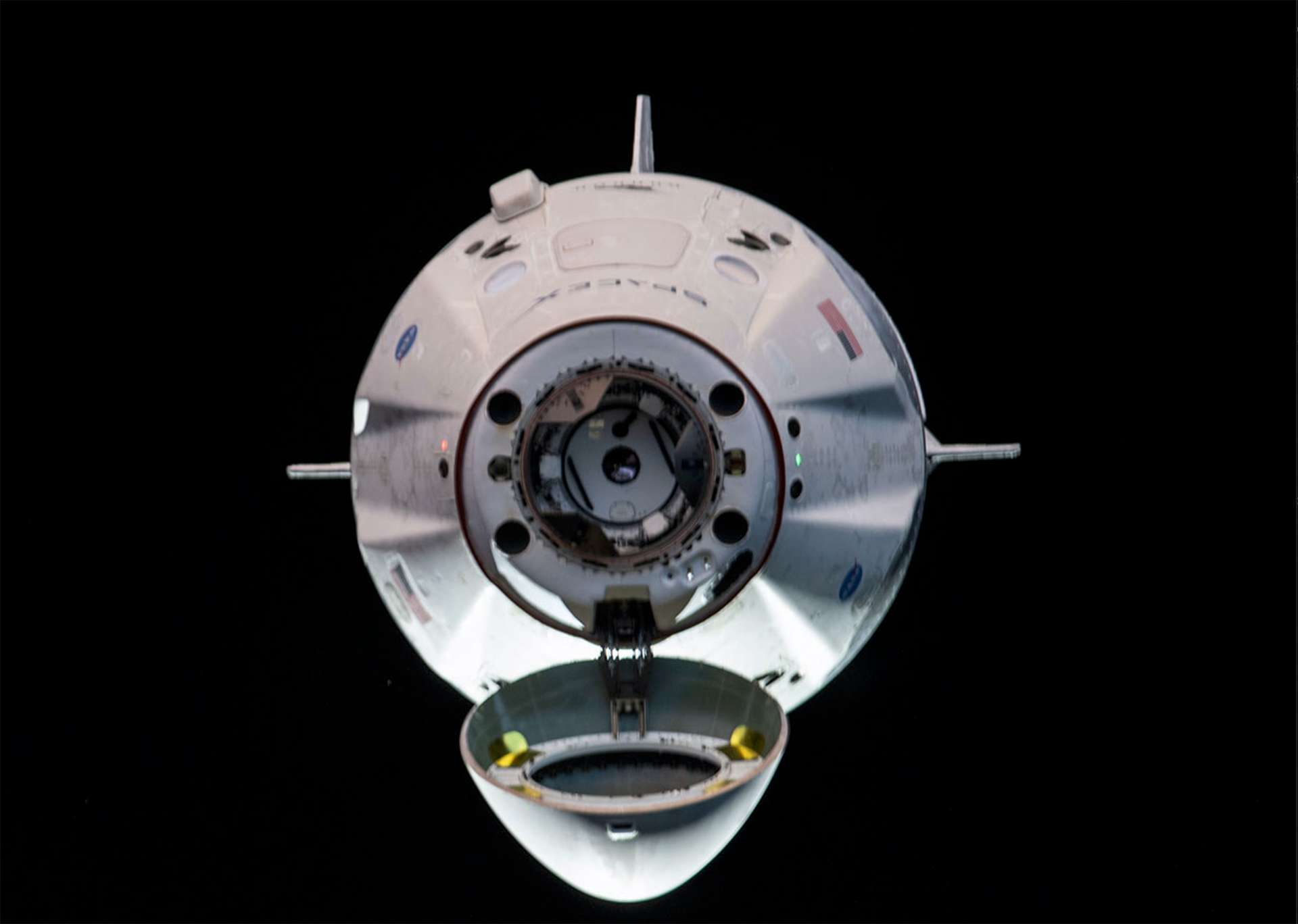 Le Crew Dragon quelques minutes avant son amarrage à la Station spatiale. © Nasa