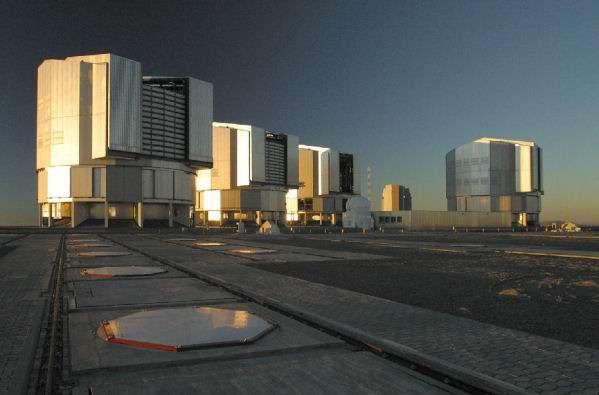 Le VLT au Soleil couchant. Crédit : Sylvie Robbe-Dubois, Yves Bresson et Alain Delboubé