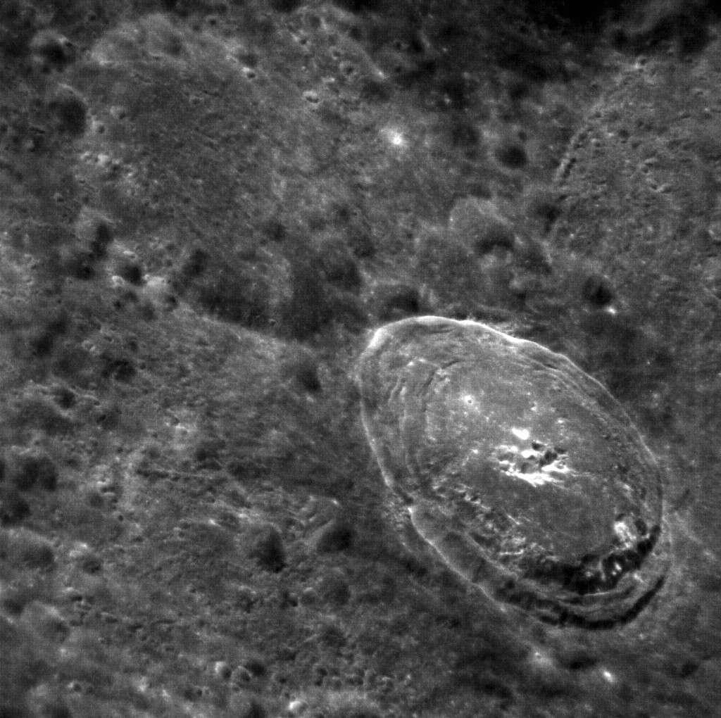 Bek, un cratère d'impact né à la suite d'une violente collision. © Nasa
