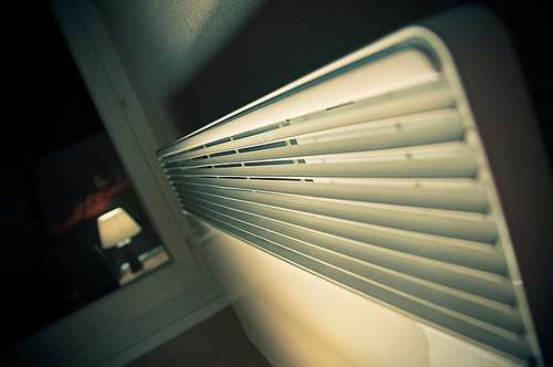 Le chauffage électrique se fait au moyen de radiateurs électriques comme celui-ci, qu'il est possible de régler grâce à un thermostat. © Audesou, CC BY-NC-ND 2.0, Flickr