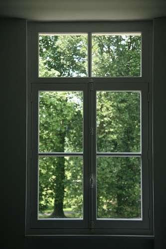 La vitre est une plaque, en verre ou en plexiglas, qui laisse passer la lumière. © Vincent Desjardins, CC BY 2.0, Flickr