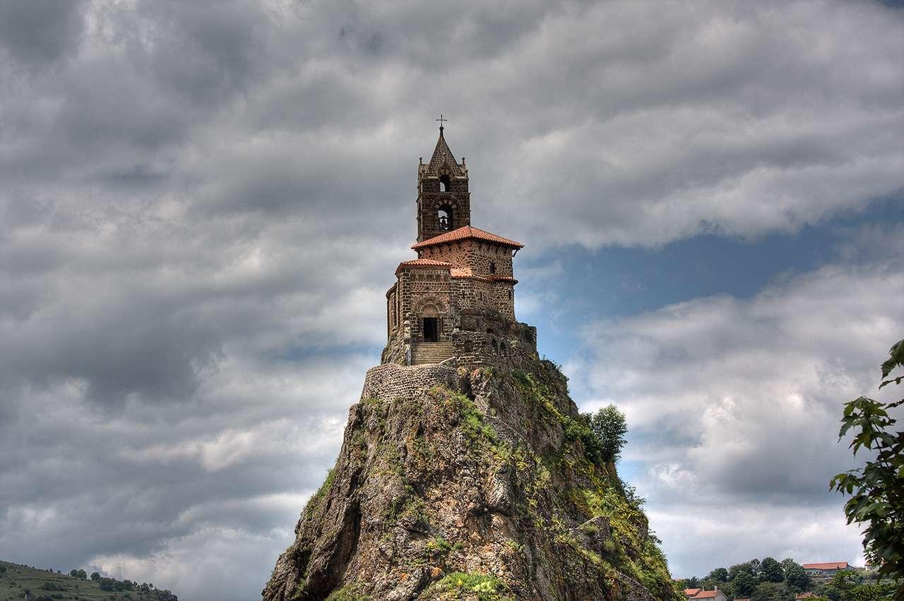 En Auvergne, l'église romane Saint-Michel d'Aiguilhe a été construite sur un neck, une ancienne cheminée volcanique mise à nu par l'érosion progressive d'un volcan. © Holly Hayes, Flickr, cc by nc 2.0